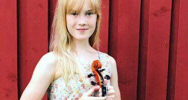 22 FAMOUS VIOLINISTER erbjuder sina råd. Den yngsta av dessa, den 12 åriga skandinaviska violinisten Estella Elisheva: Jag skulle definitivt älska att testa olika fioler i framtiden och hålla den berömda Stradivarius och andra mästerverk i mina händer